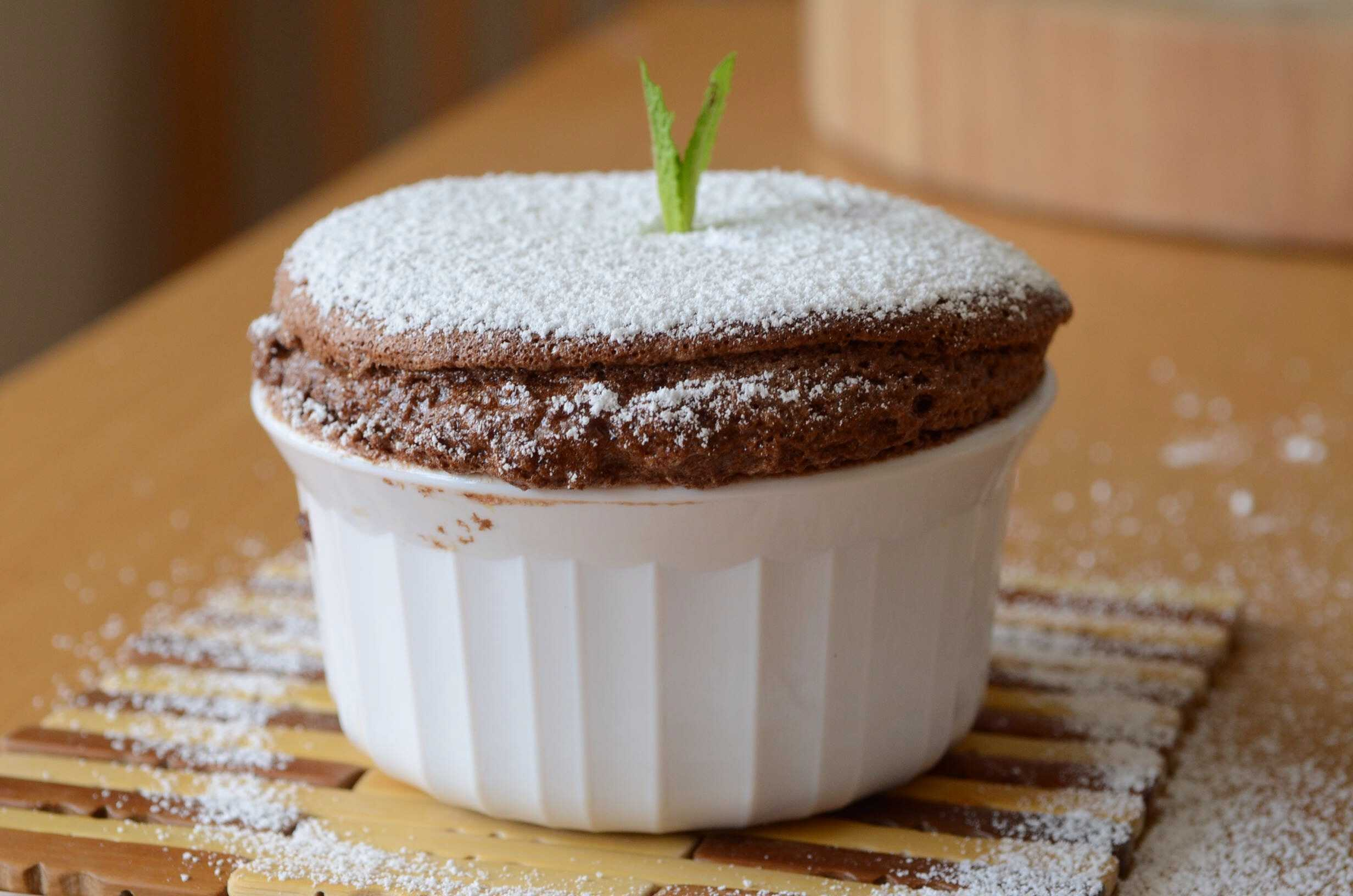 The mint chocolate souffle is a light, refreshing dessert that tastes great anytime. To make it even better, eat fresh out of the oven with ice cream.