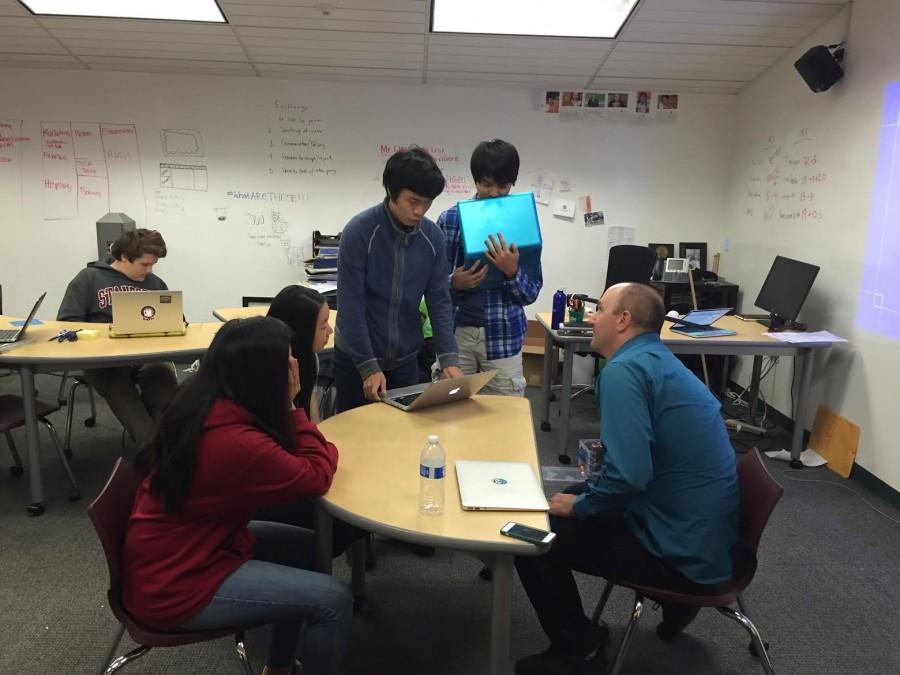 James Gatenby, a web developer at LinkedIn helps students professionalize their profiles. The workshop was held yesterday during long lunch in the Innovation Center