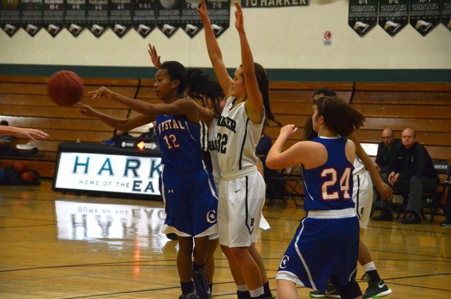 Jordan+Thompson+%2811%29+guards+the+basket+during+the+varsity+basketball+team%E2%80%99s+match+against+Crystal+Springs.