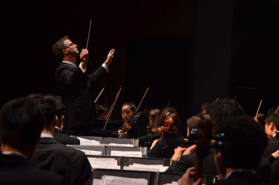 Orchestra+conductor+Chris+Florio+conducts+the+orchestra+during+the+annual+Winter+Concert.+The+orchestra+is+currently+in+New+York+for+their+performance+at+Carnegie+Hall.