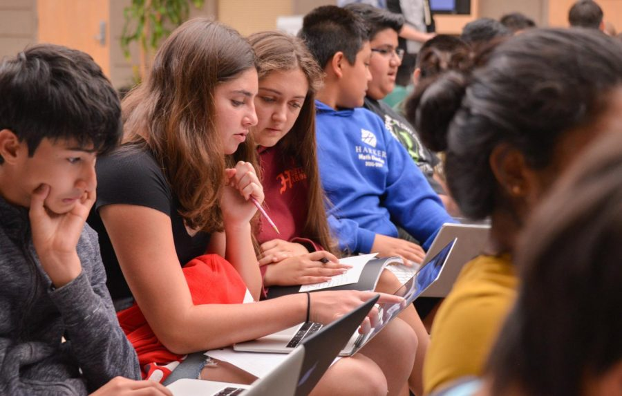 Freshmen discuss the course planning website at their LIFE session on Friday. Academic Dean Kelly Horan spoke about how to maintain a balanced course load.