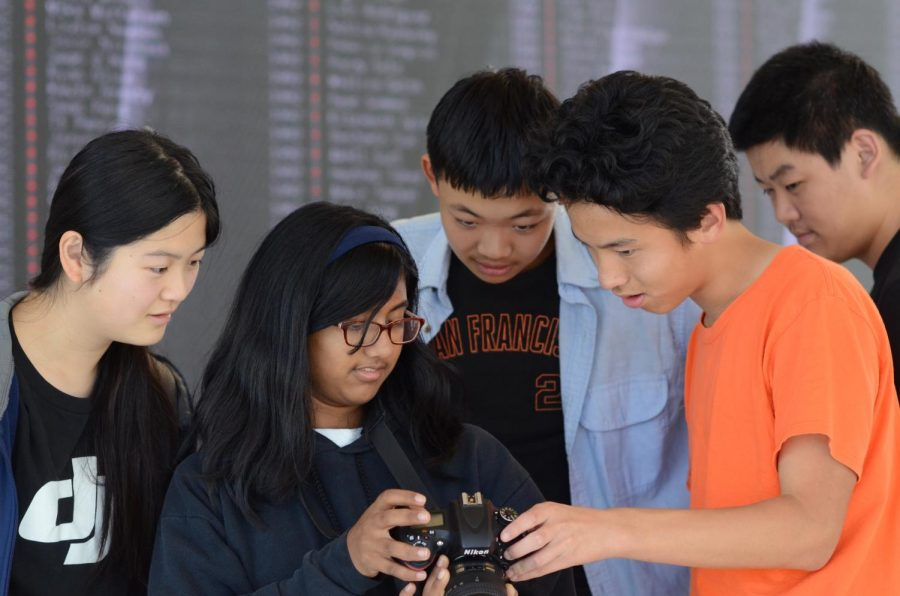 Cubs Mark Hu (9) and Catherine Feng (9), News Editor Eric Fang (11) and Global Columnist Michael Eng (10) review a photo with reporter Anna Vazhaeparambil (10). Throughout the lessons, returners and cubs helped each other improve their knowledge of the camera.