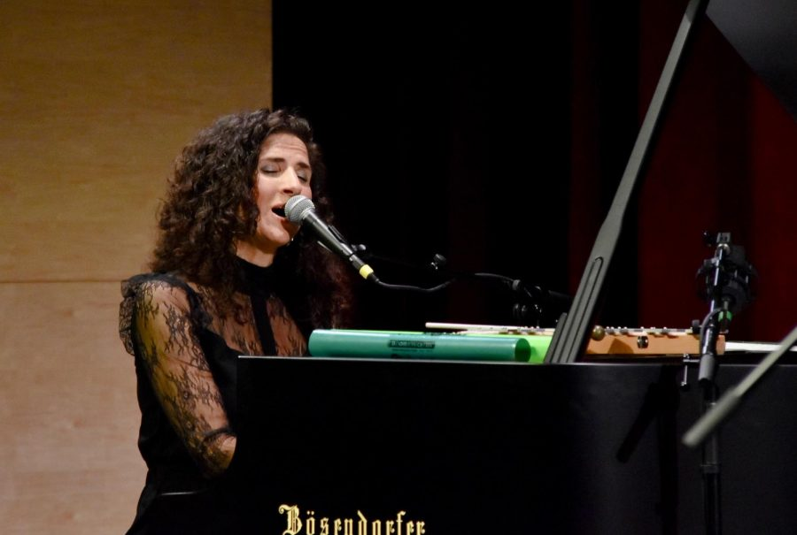Biali+sings+as+she+plays+the+piano+melody+to+a+jazz+song+last+night+at+her+performance.+Biali+inaugurated+this+year%27s+Concert+Series%2C+which+will+feature+The+Bohemian+Trio+and+the+Kronos+Quartet+later+in+the+year.
