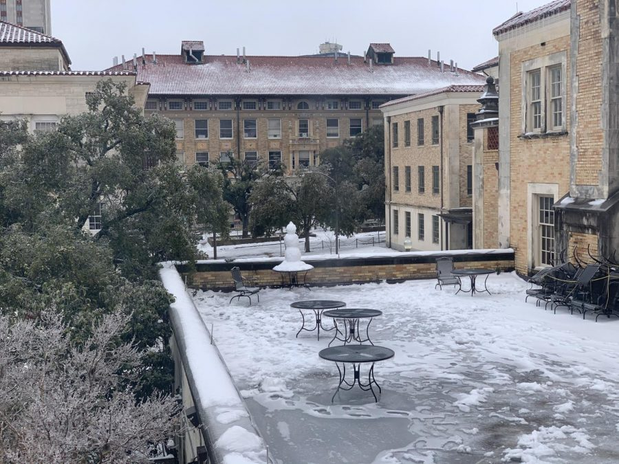 Snow+covers+the+quad+next+to+the+cafeteria+at+the+University+of+Texas+at+Austin.+The+university+closed+campus+on+Feb.+14+and+reopened+on+Feb.+24+due+to+the+water+outage+and+hazardous+weather+conditions.