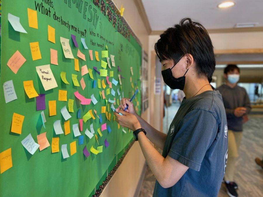 Gary Ding, one of the junior Honor Council representatives, shares his thoughts on a sticky note to display in Manzanita Hall on Tuesday, Sept. 21.