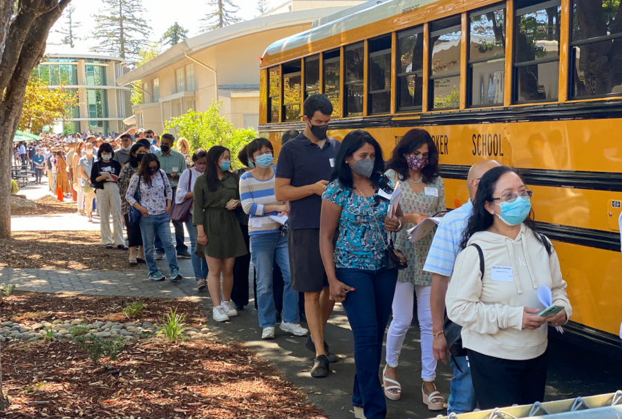 A line of parents wait to board the shuttle to the Blackford campus after the end of seventh period. Due to limited parking spaces at the upper school, parents were required to first park at the Blackford campus before taking the shuttle to the upper school for Back to School Day.